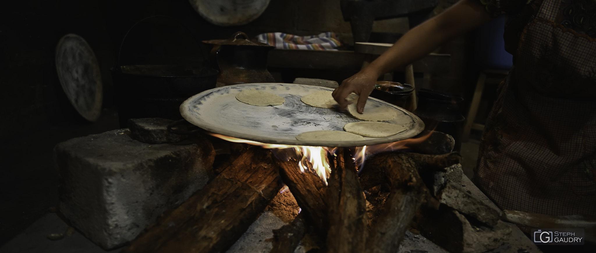 Tacos mexicanos - cocinar a fuego de leña