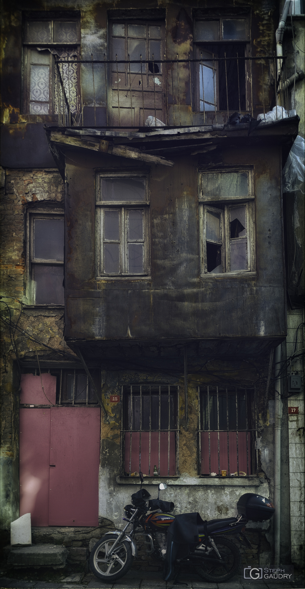 Pas ile kaplı bir ev