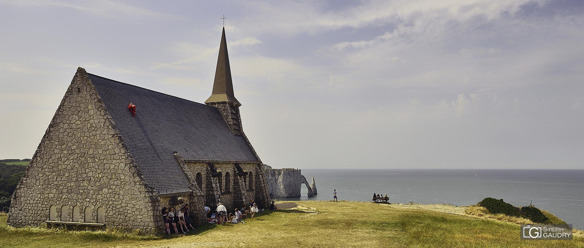 Etretat, les falaises d'Aval vues depuis la chapelle Notre Dame de la Garde - 2018_07_27_134657 [Klik om de diavoorstelling te starten]
