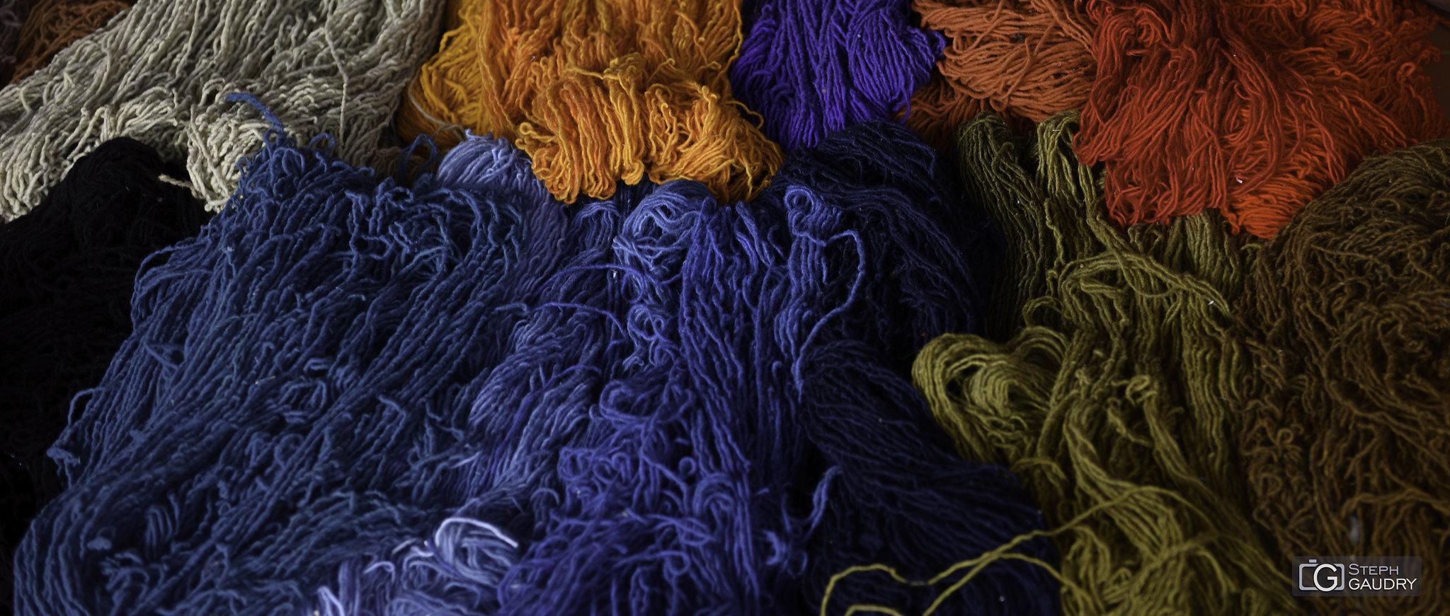 Mexique - colorations des textiles à la cochenille [Click to start slideshow]
