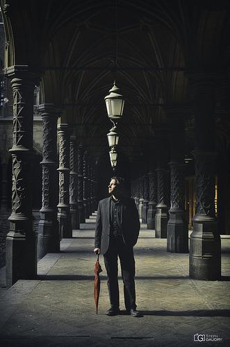 Autoportrait au parapluie rouge