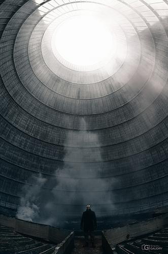 Je me sens tout petit dans cette tour immenseJe me sens tout petit dans cette tour immense