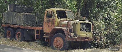 Vecchio camion arrugginito, abbandonato in cave di marmo