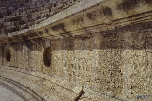 Détail d'écritures dans le théâtre Sud de Jerash